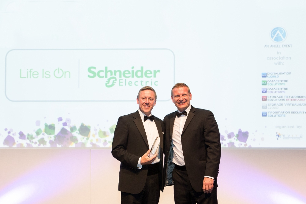 """Soluţiile Schneider Electric pentru centre de date prefabricate şi micro centre de date au fost desemnate """"Produsul anului în alimentarea cu energie a centrelor de date"""" de către DCS"""