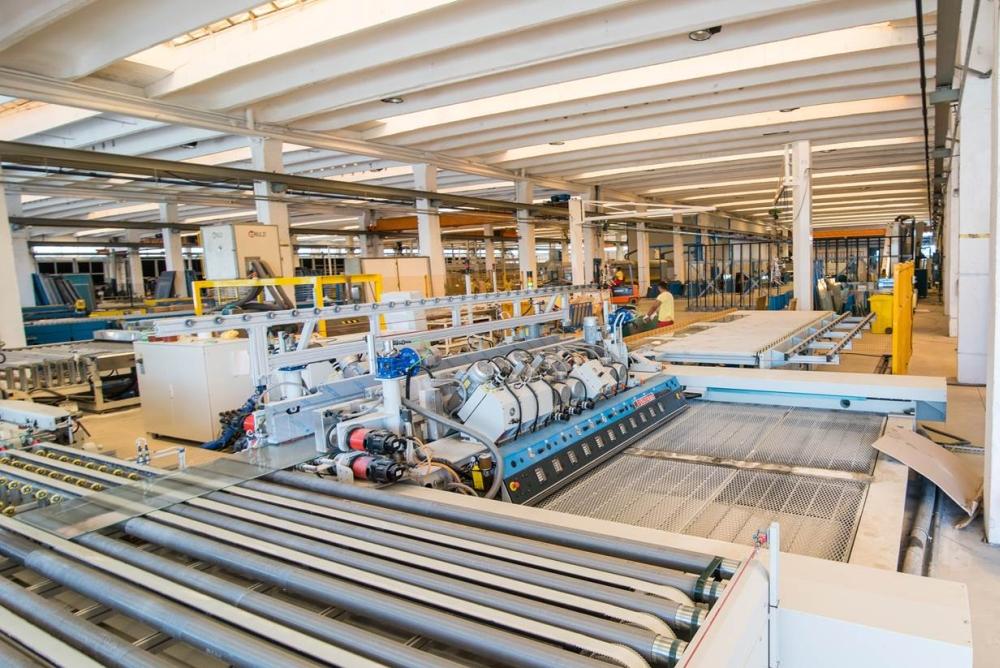 Saint-Gobain își consolidează poziția în industria sticlei plane din România