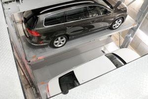 Das vollautomatische Towersystem vom Typ MasterVario R2 verfügt über fünf Ebenen. In maximal drei Minuten steht das Fahrzeug zum Ausparken bereit.