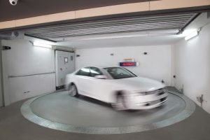 In der Übergabekabine wird das Fahrzeug gedreht, so dass stets vorwärts ausgefahren werden kann.