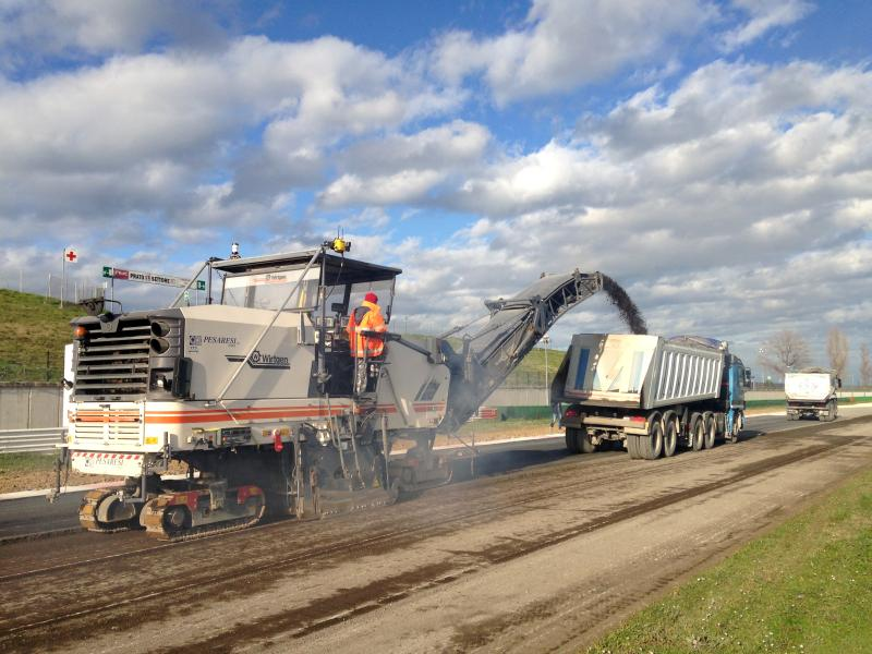 Non-stop milling is possible by switching from one total station to another with Hot Swap technology, preventing the formation of bumps when the machine stops.Photo: Trimble