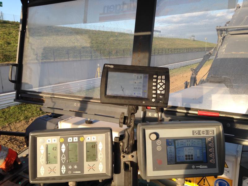 Il control box installato sulla scarificatrice a freddo Wirtgen indica la posizione del tam-buro fresante rispetto al progetto 3D o alla compensazione verticale definita. Foto: Trimble