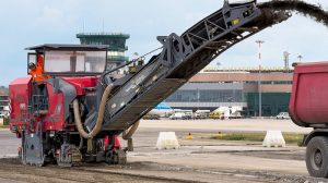 Located some 200 km southeast of Milan, GuglielmoMarconi Airport is undergoing extensive rehabilitation work. The paving courses were milled off by the Wirtgen W 200. Easy to handle, the lightweight large milling machine is among the all-rounders in road rehabilitation and boasts an impressive performance and cost-efficiency.