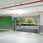 Pentru a economisi spaţiu, uşa de garaj subteran TGT se montează în spatele buiandrugului. Cortina flexibilă a uşii se desface sub căptuşeala cortinei flexibile, astfel încât spaţiul de sub plafon, alocat de ex. pentru cablurile de alimentare, rămâne liber.