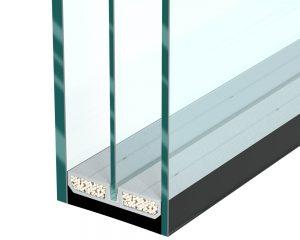 Der SWISSPACER Triple wurde speziell für Dreifachverglasungen entwickelt – in einer speziellen Nut nimmt er die mittlere Scheibe der Verglasung auf und fixiert diese.