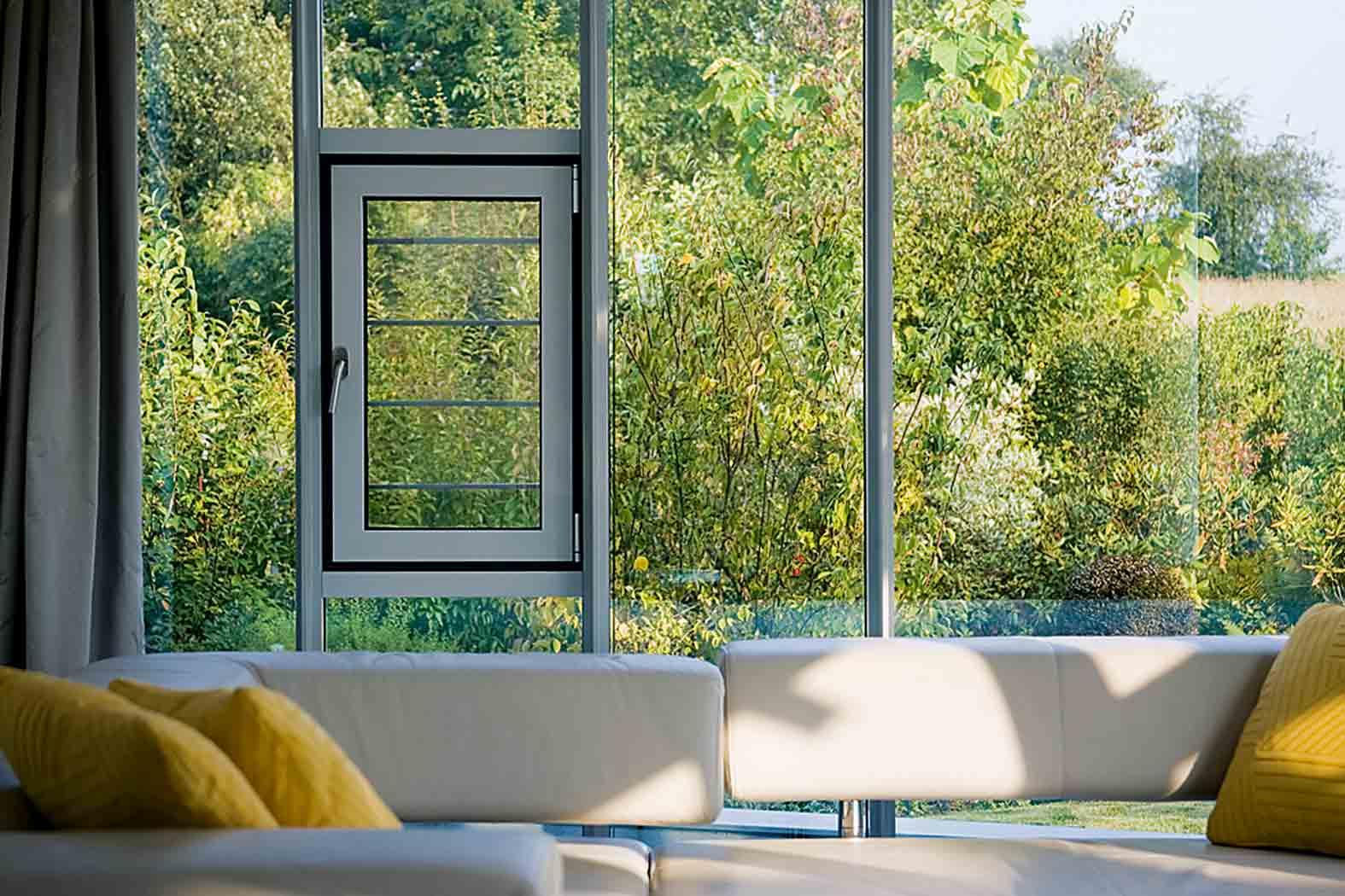 Feroneria ascunsă Schüco AvanTec SimplySmart pentru ferestre din aluminiu