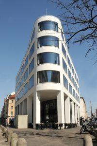 Dank des vollautomatischen Premium-Parksystems von Klaus Multiparking parken die Bewohner dieses Wohn- und Geschäftshauses in der Karlstraße 47A in München ihre Fahrzeuge unterirdisch.