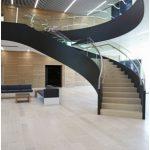 Ca element central de design şi legătură cu etajul superior avem scara curbată din foaier.