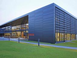 """La sediul Stiebel Eltron se află noul centru de formare şi de comunicare al companiei de electricitate şi încălzire termică. """"Campus Energy"""" a primit certificatul DGNB pentru categoria platină. Astfel, de exemplu, faţada de aluminiu este complet reciclabilă şi sortabilă."""