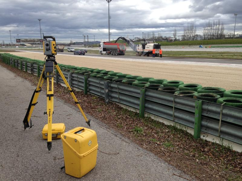 The Trimble SPS930 Universal Total Station is adapted to the active prism of the Wirtgen cold milling machine. This allows the milling depth to be adjusted with millimeter accuracy. Foto: Trimble.