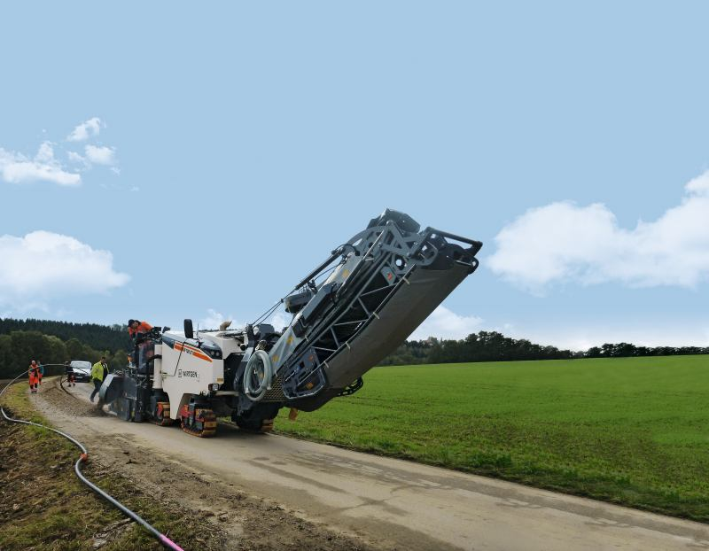 Wirtgen W 100 CFi:A special job forthe compact milling machine, extending the broadband network